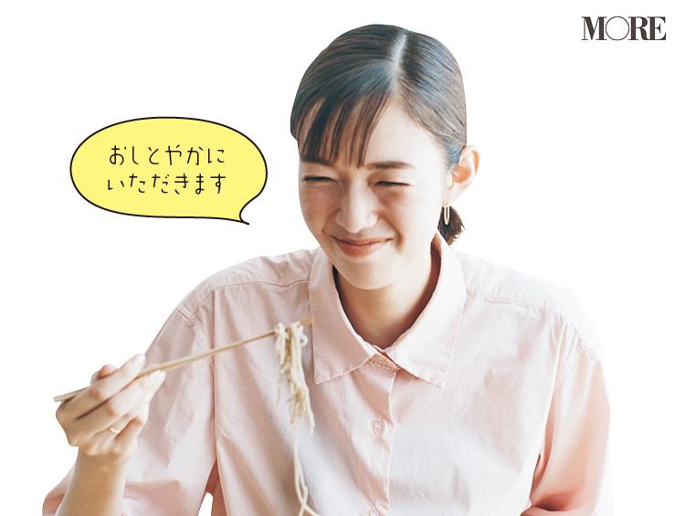 佐藤栞里が長野県のおすすめお取り寄せグルメ「水舎」の本格信州手打ちそばを食べている様子