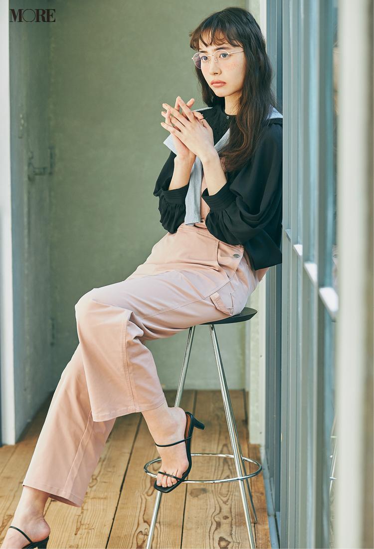 ピンクのサロペットと黒トップスコーデにメガネをかけた井桁弘恵