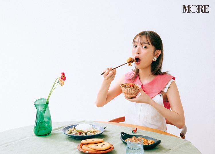 ご飯を食べる内田理央