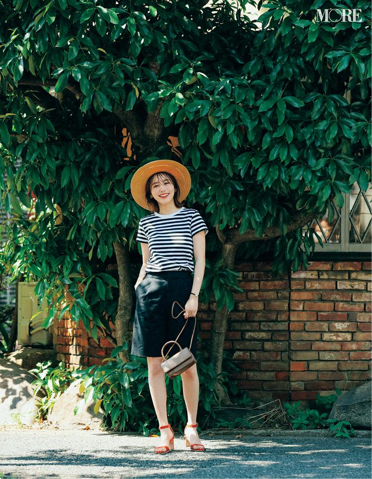 ボーダーTシャツ×黒バミューダパンツコーデにカンカン帽をかぶった飯豊まりえ