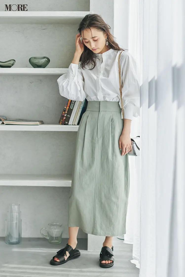 白シャツ×ミントグリーンのスカート×黒ボリュームサンダルコーデの鈴木友菜