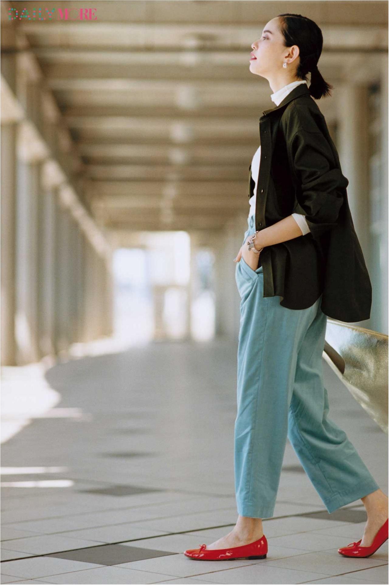 【今日のコーデ/比留川游】ライトブルーのパンツと赤い靴。連休の始まりはきれい色で気分をアップ!_1