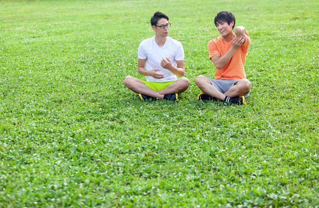 マッチングアプリのだめな写真例、遠目で座っている男性