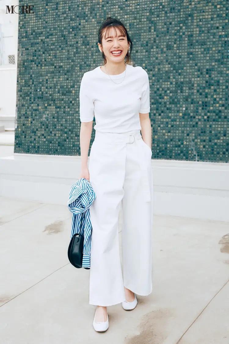白Tシャツ×白パンツコーデの飯豊まりえ