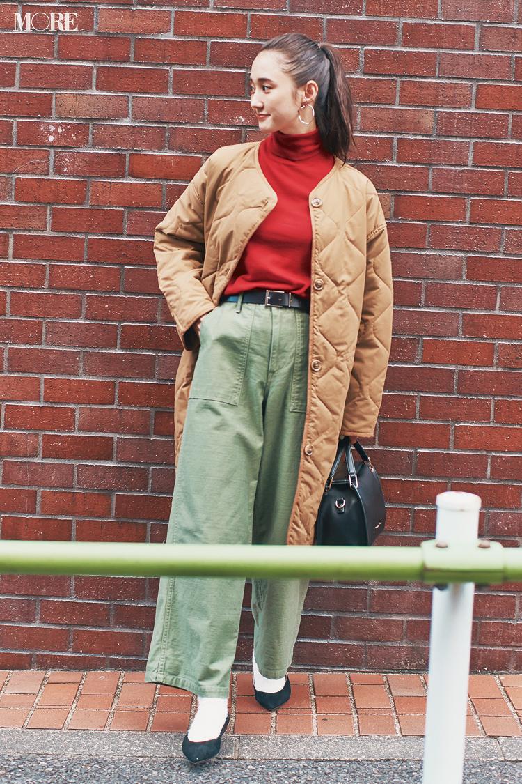 ベージュのキルティングコートを赤いタートルニットにはおった鈴木友菜
