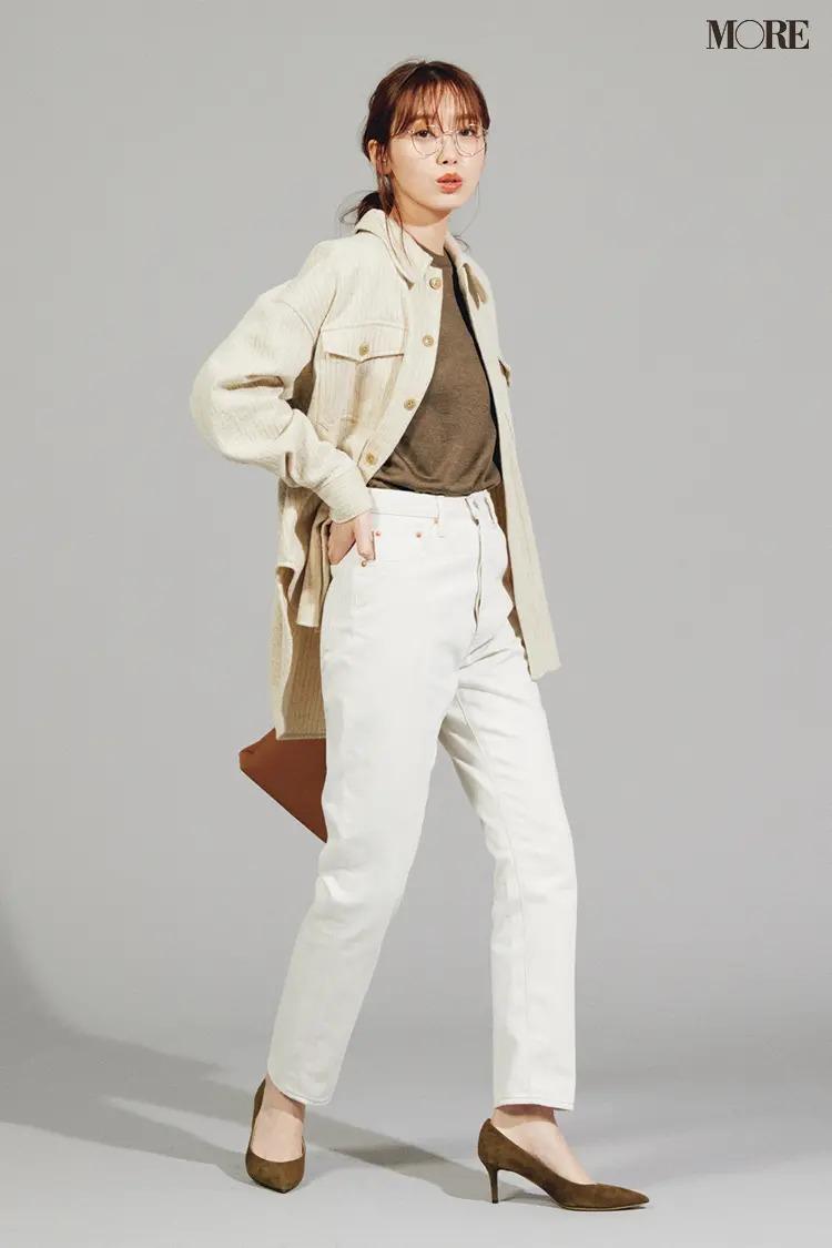 【ジャケットコーデ】白デニムパンツ×ブラウントップス×オフ白シャツジャケット