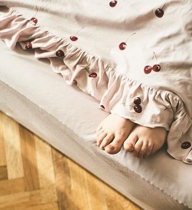 『ジェラート ピケ』の寝具ライン「gelato pique sleep」。リネン類のおすすめ「チェリー柄掛け布団カバー シングル」、「無地BOXシーツ シングル」