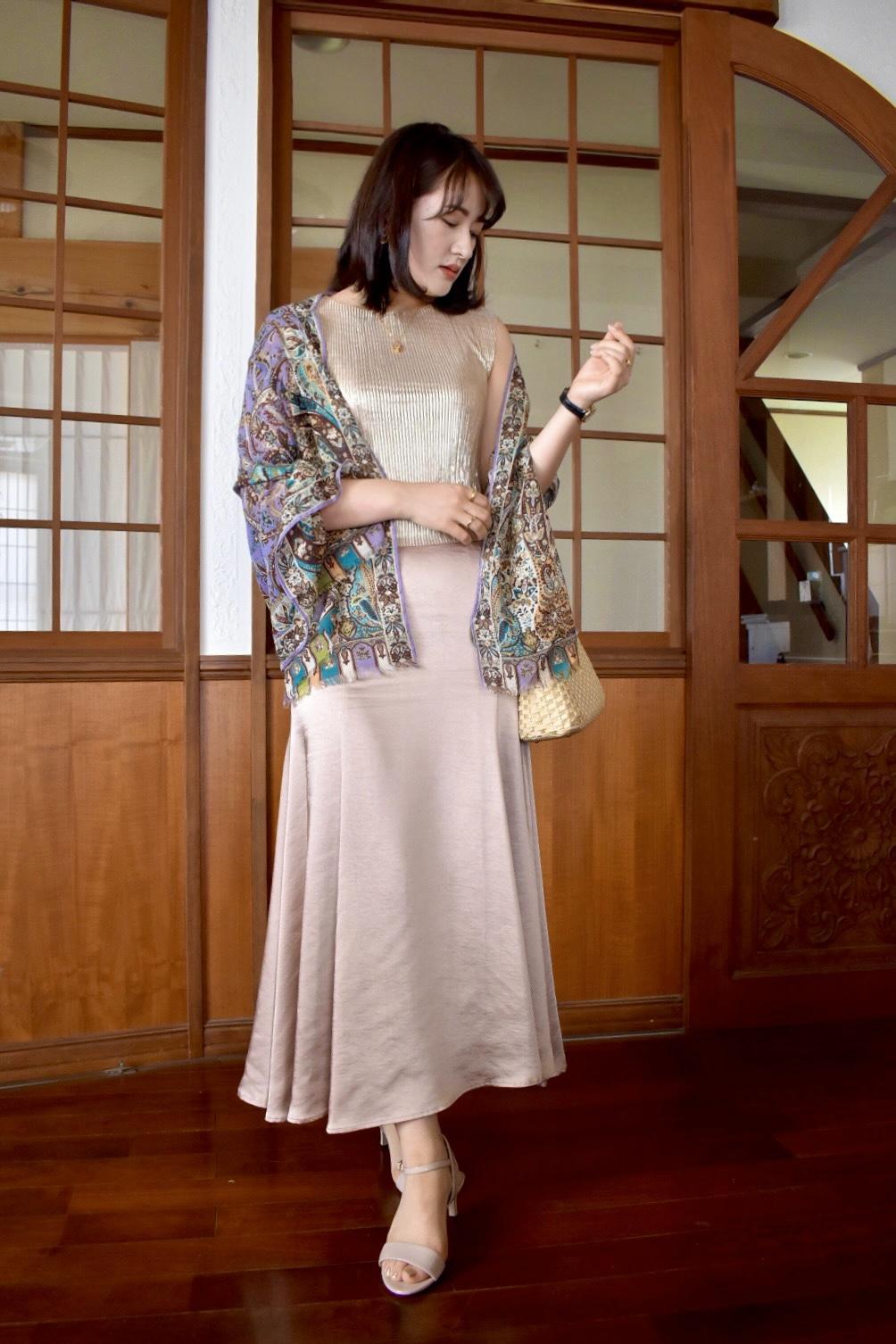 Tops: vintage (HAIGHT&ASUBURY) Shawl:ETRO Skirt:anuans Bag:vintage Sandal:FURLA  先ほどのトップスをレディーに着回し。主役はETROのエキゾチックな柄が美しいショール。コンサバなイメージの強いブランド、anuansのサテンマーメイドスカートを敢えて古着と合わせ、個性的に仕上げたところがポイント。