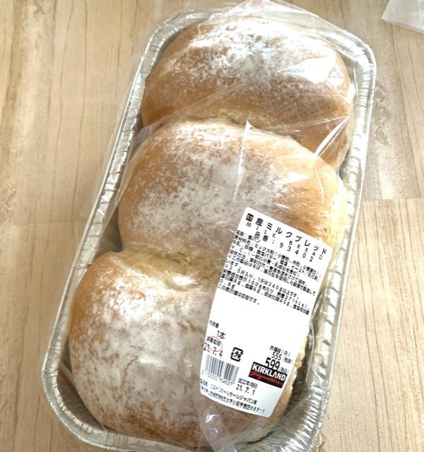 最近入荷していたパン 先日まで販売していたコーンブレッドローフが とても美味しかったので形が似ているこちらの 国産ミルクブレッドも買ってみました♡  袋を開けるととっても良い香り♩ 食べてみるとふわふわのもちもち食感! ハード系のパンが好みの私ですが 弾力があって美味しかったです! 人気のようで出会える日と出会えない日が...  食べきれない分は切り分けて冷凍◎