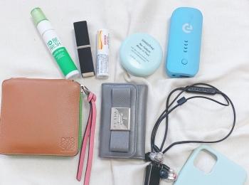 【バッグの中身03】インフルエンサー・黒田真友香さんのお気に入りは、マルチカラーの『ロエベ』の財布と『SUQQU』のリップ♡