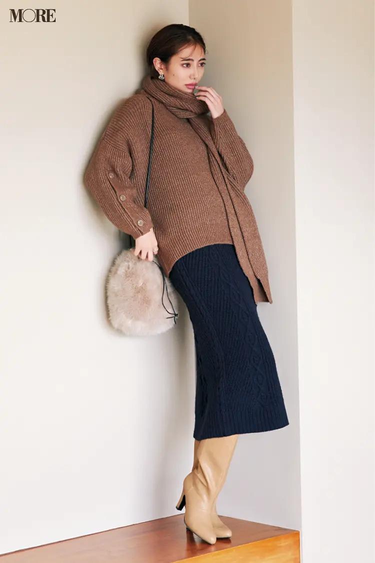 スカートとロングブーツのコーデ【15】上下ニットにマフラー、ファー巾着、ロングブーツでシンプルコーデ