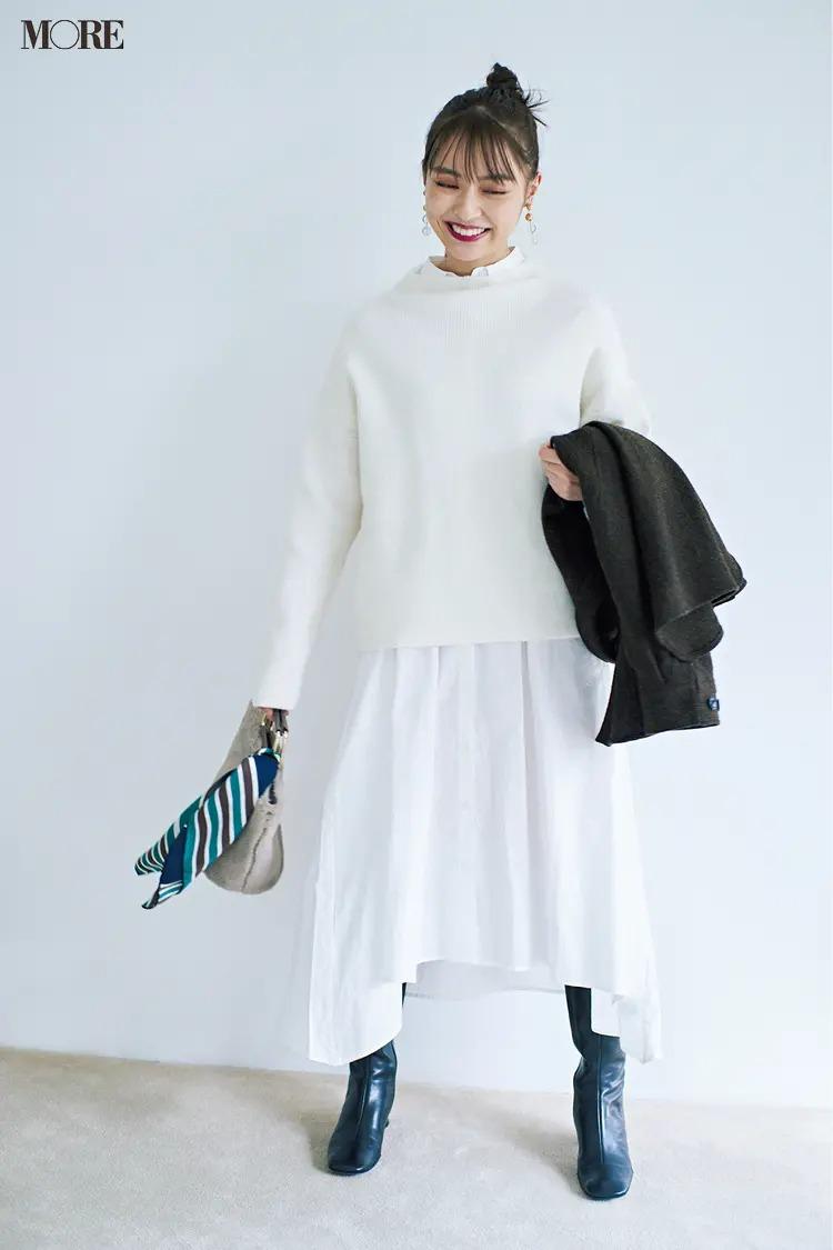 ワンピースとロングブーツのコーデ【8】 白のシャツワンピ×シンプルニットでメリハリも好感度も