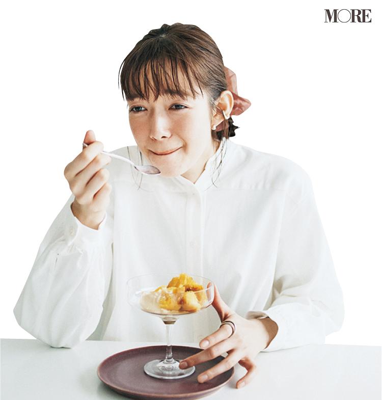 佐藤栞里が、茨城県のおすすめお取り寄せグルメ「蔵出し焼き芋かいつか」の焼き芋を食べている様子
