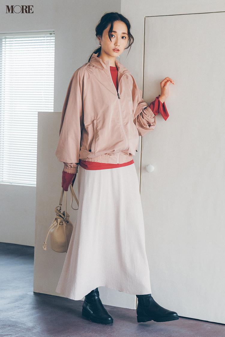 【今日のコーデ】白フレアスカートにナイロンジャケットをはおった鈴木友菜
