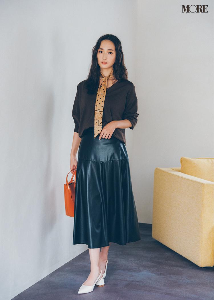 黒のフェイクレザースカートをはいた鈴木友菜