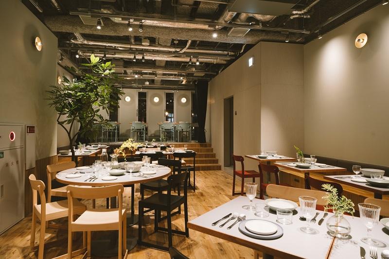 東京おしゃれホテルLANDABOUT TOKYOのカフェランダバウトテーブルの店内