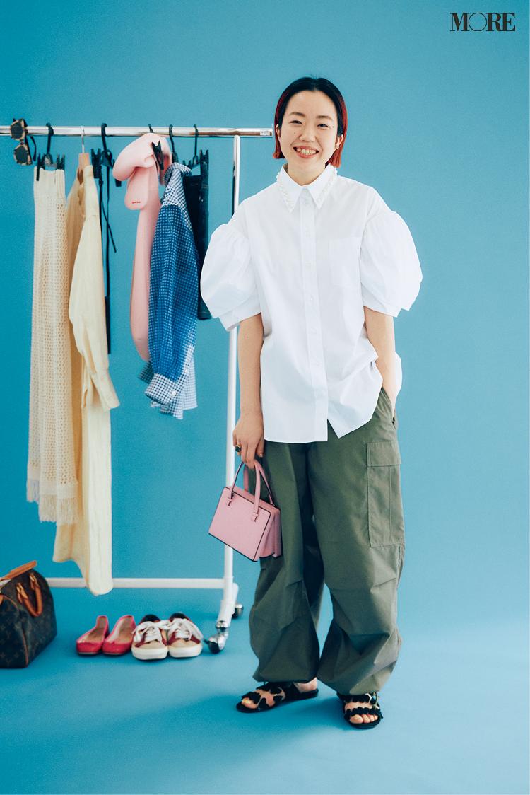 流行のボリューム袖ブラウスを着たスタイリスト高野麻子さん