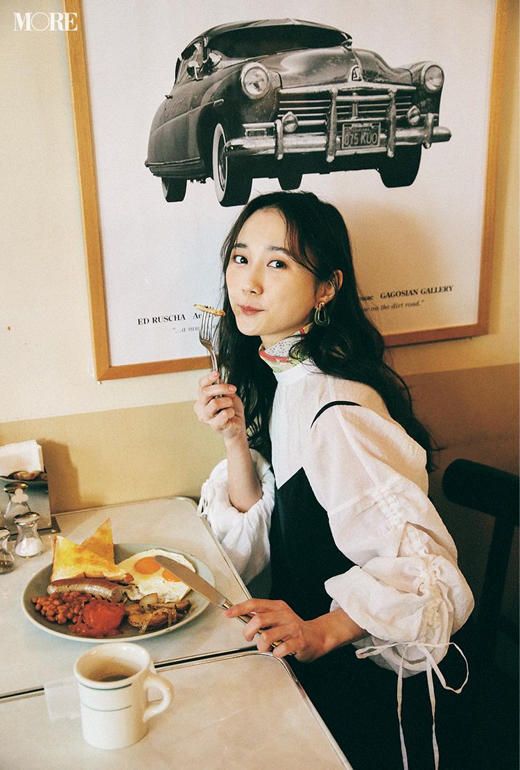 GUの白ブラウスとキャミソールワンピを着た鈴木友菜