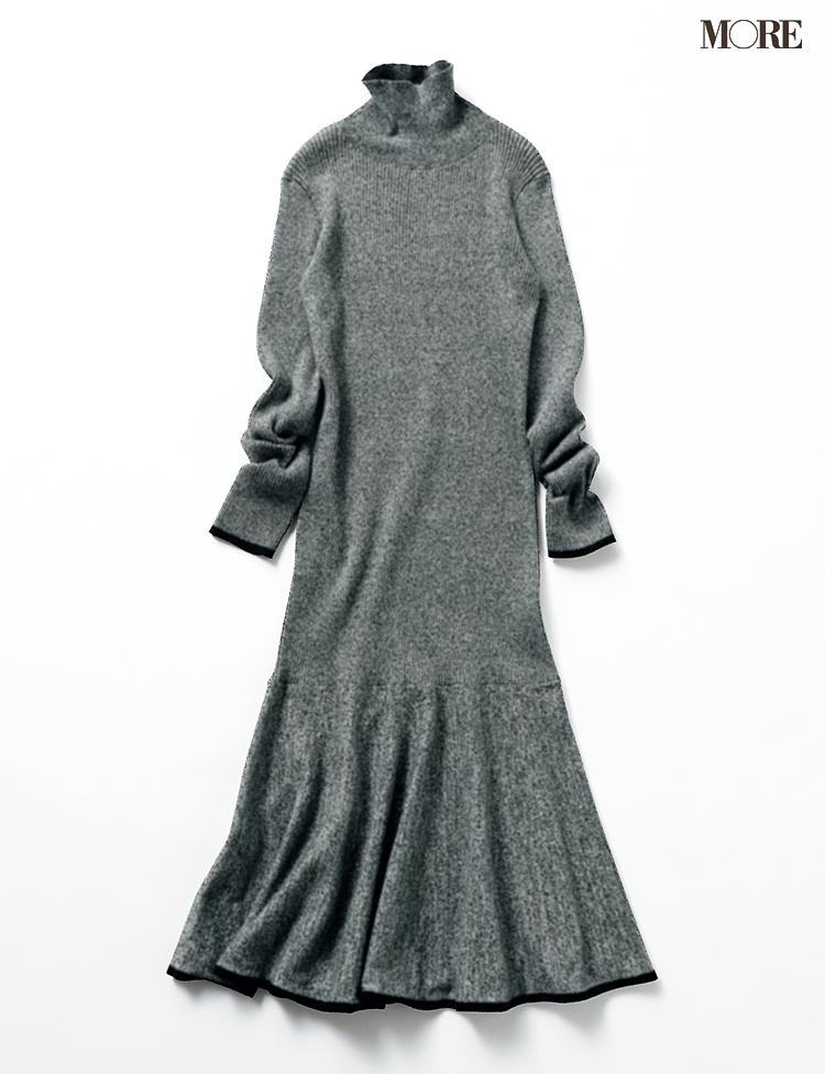 裾がフレアになったグレーのニットワンピース