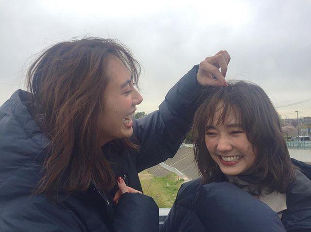 【土屋巴瑞季と鈴木友菜の撮影オフショット】友菜ちゃんの柔らかい前髪が直しては風に流されていた時、整えてくれたのはこのモアモデルでした♡_1