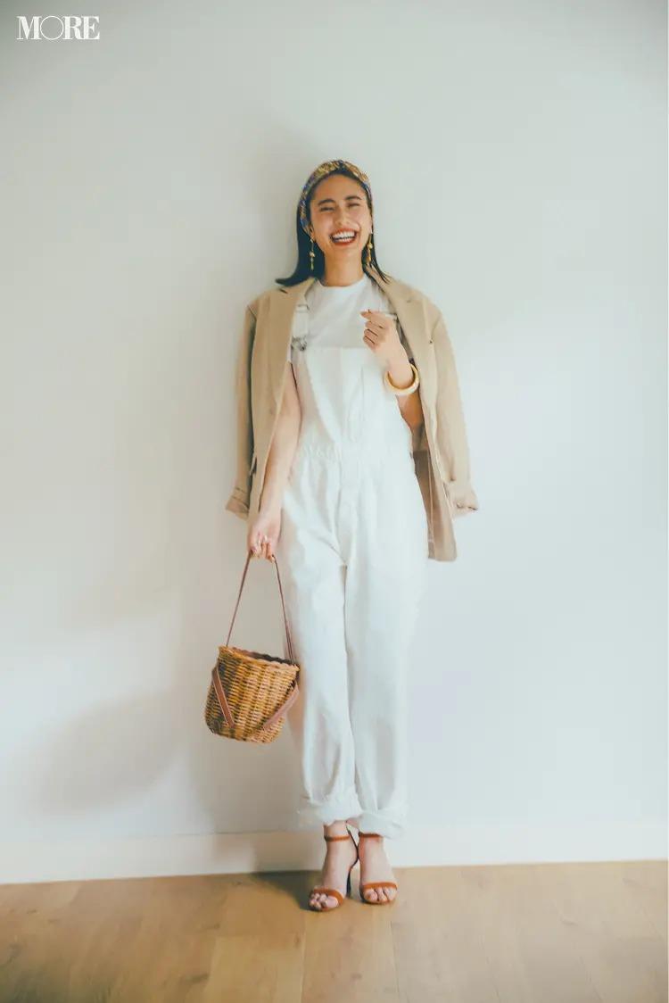 【白Tシャツコーデ】白T+オーバーオールのカジュアルなコンビもワントーンなら上品。ベージュでなじませて今っぽい女っぽさを