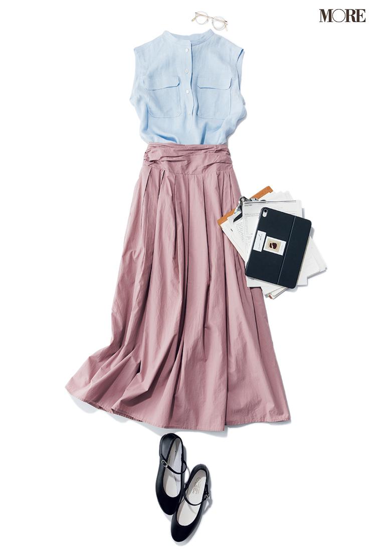 水色のバンドカラーブラウス×ピンクのスカートコーデ