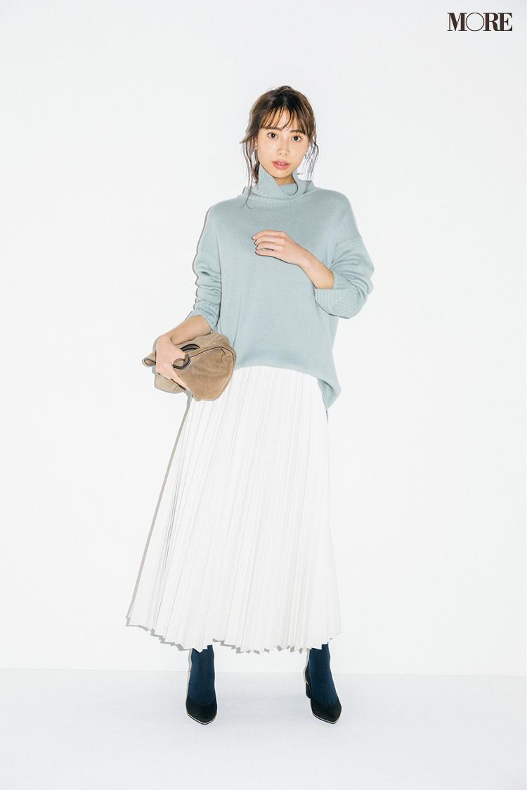 エコレザーの白いプリーツスカートの土屋巴瑞季