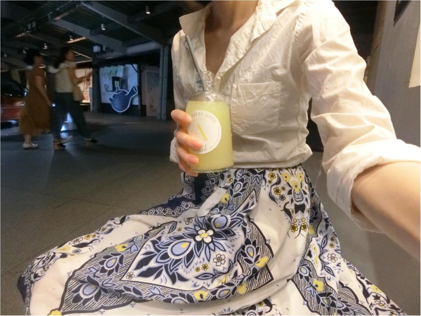 白ワイシャツ×ロングスカートで夏の爽やかコーディネート_3
