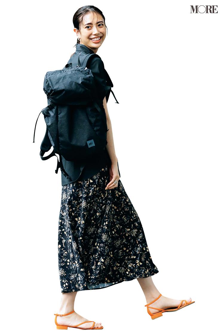 黒シャツ×花柄スカートコーデに黒リュックを合わせた土屋巴瑞季