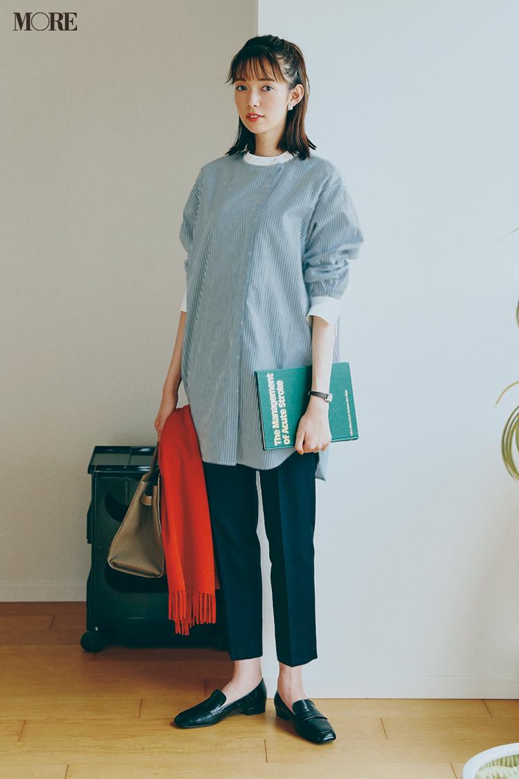 【今日のコーデ】黒パンツにローファーとストライプシャツを合わせた佐藤栞里