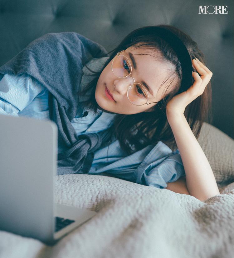 PCをみながら細いフレームのメガネをかけている生田絵梨花