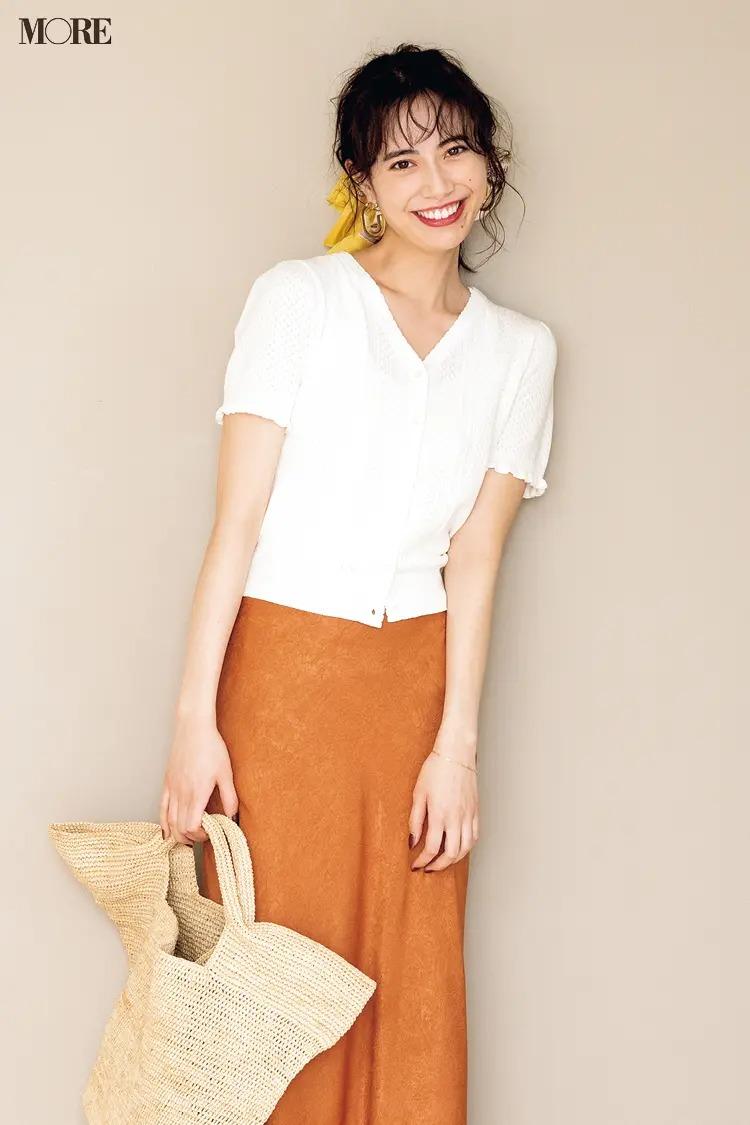 【2021夏オフィスカジュアル】オレンジのフレアスカート×白の半袖カーディガンのコーデ