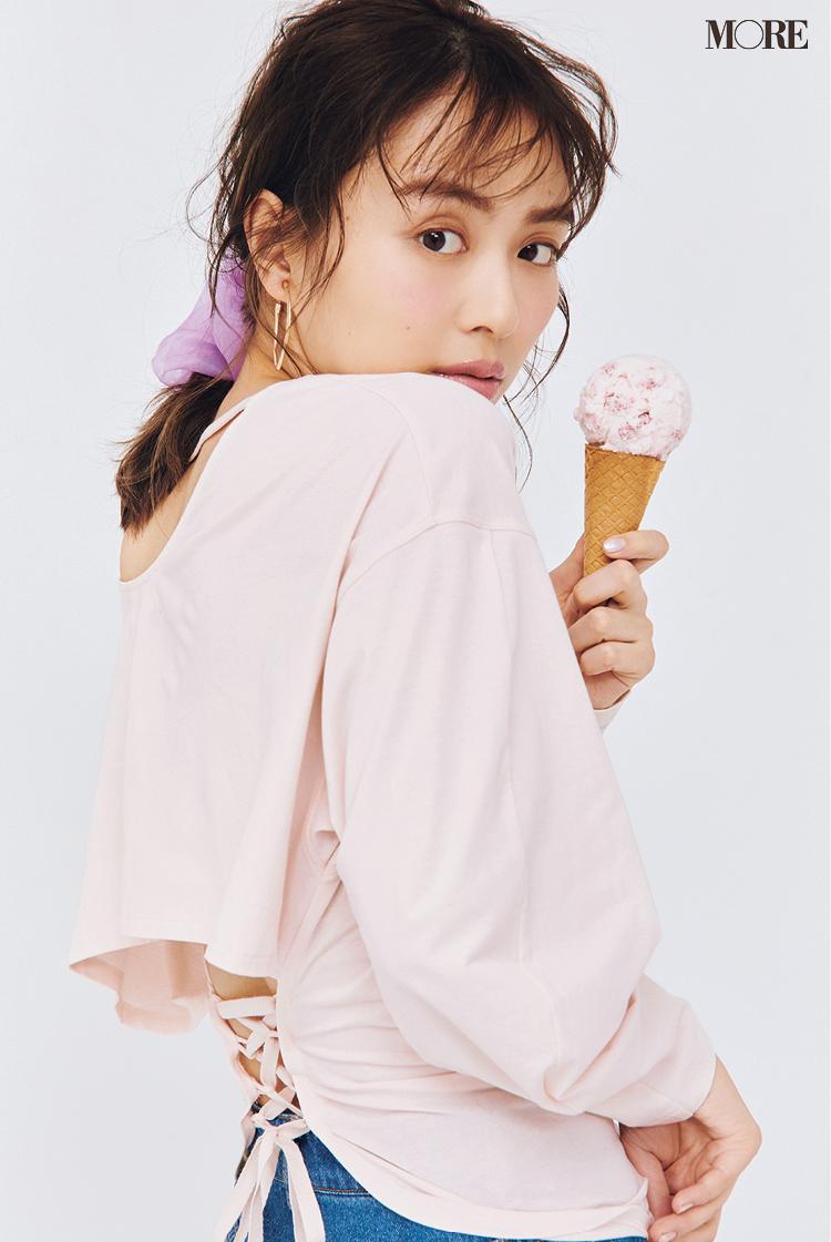 ピンクのアイスクリームを持って振り返る内田理央