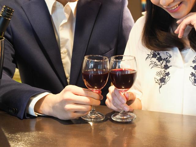 マッチングアプリの衝撃エピソード、ワイングラスを持ったイメージ画像