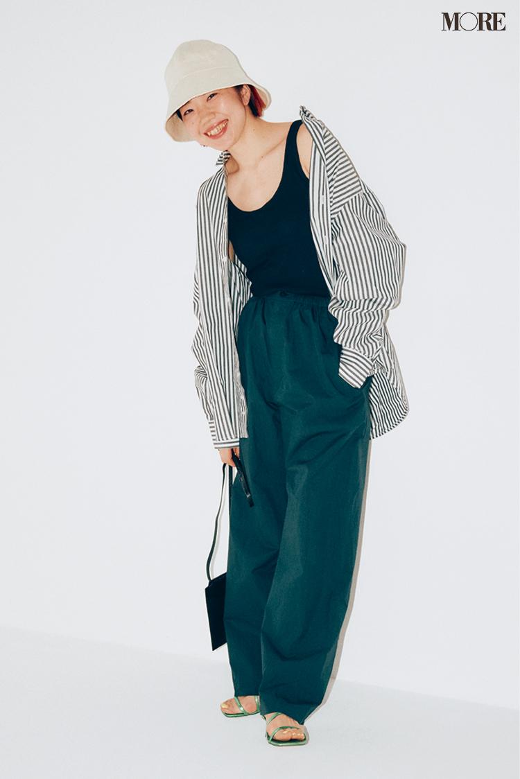 ユニクロユーのパンツを履いたスタイリスト高野麻子さん