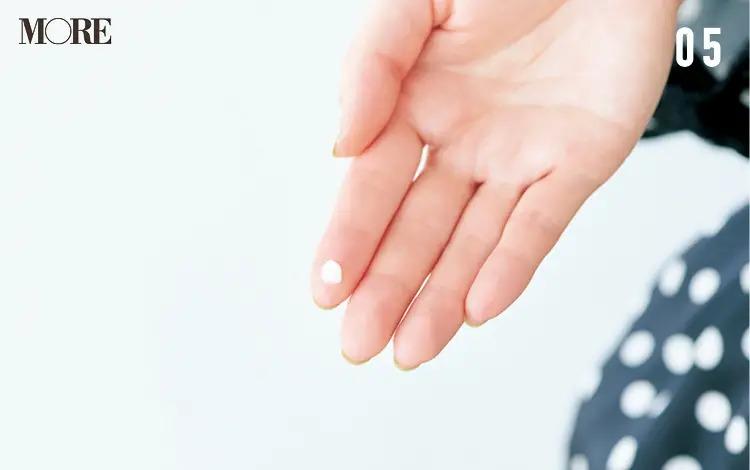 うねりを生かす前髪アレンジ「ゆるカールバング」【5】ワックスを指先にとる