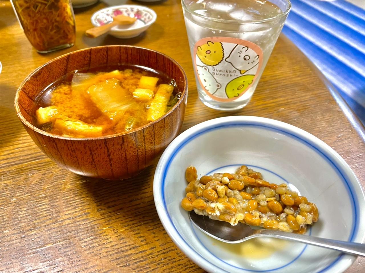 納豆を開けた写真。横に味噌汁もある。