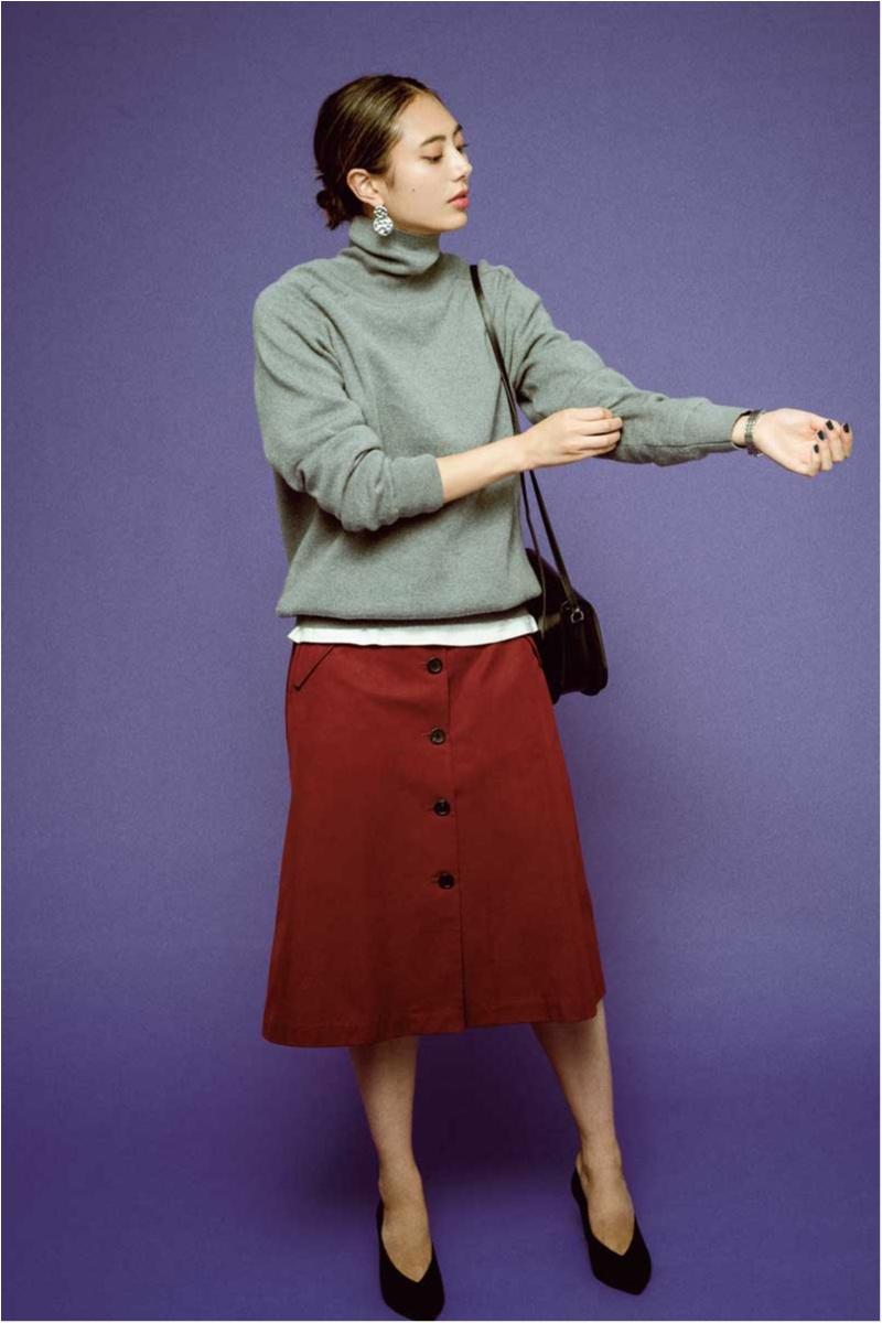 流行のトレンチスカートはトップスをアウトにしてもバランスがいい