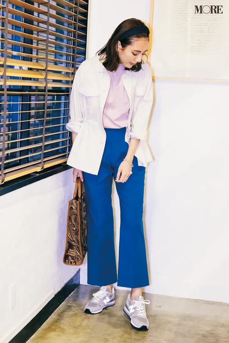 >白ジャケット×ピンクのカットソー×ブルーのパンツ×グレーのスニーカーのきれいめコーデ