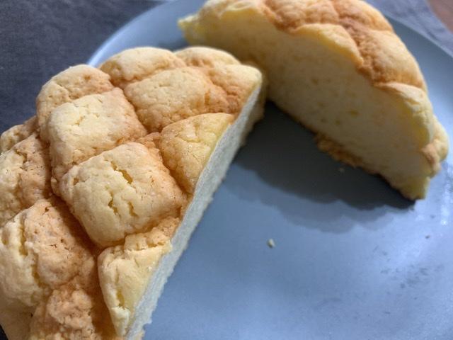 【ファミマ新商品】2週間で400万食突破した超品薄!?話題の幻のメロンパンを食べてみた_5