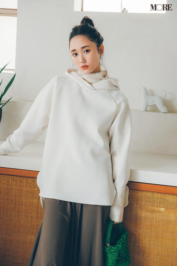 白パーカーにとろみ素材のスカートを合わせた鈴木友菜