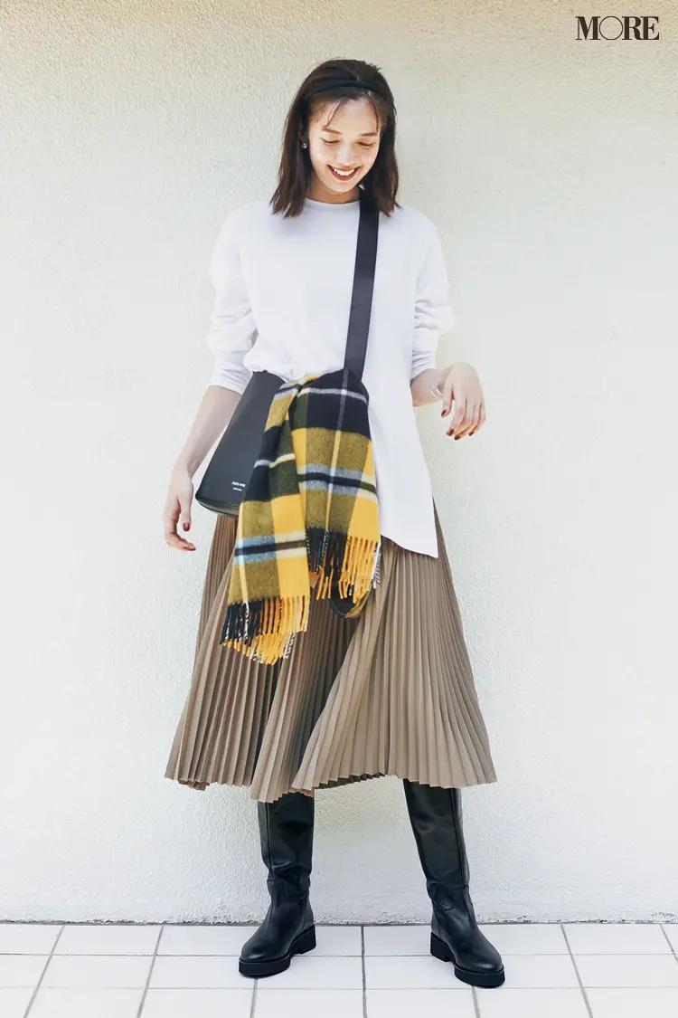 スカートとロングブーツのコーデ【8】カットソー&プリーツスカートにロングブーツ