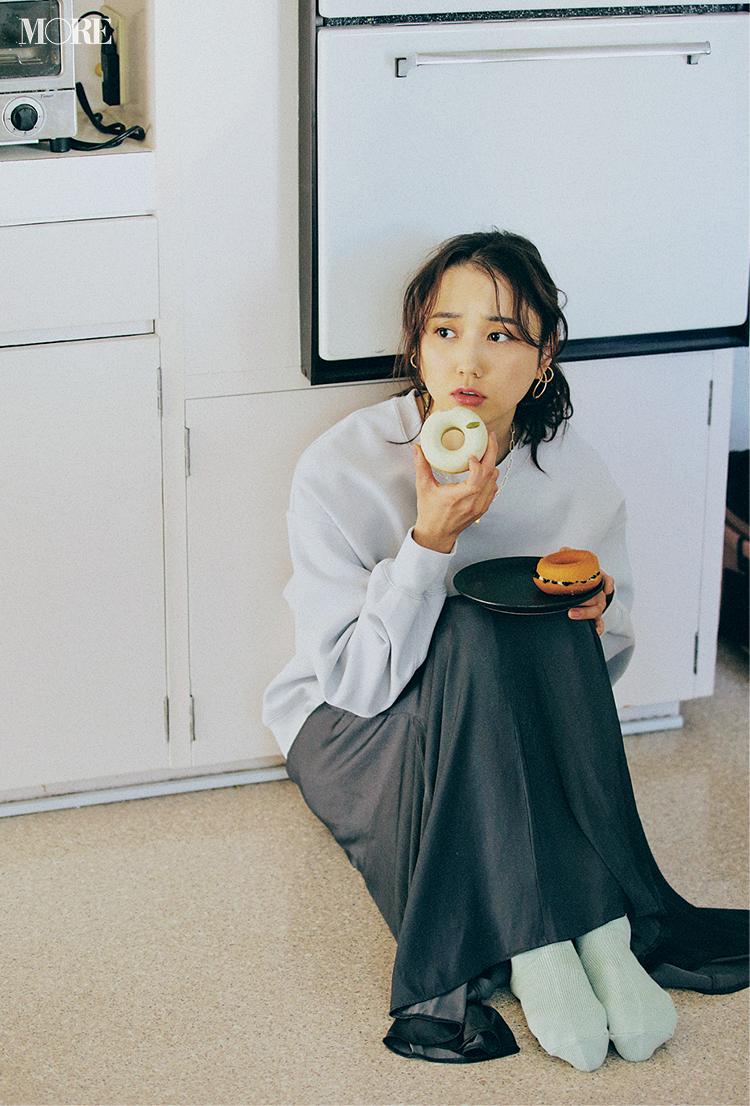 GUのスウェット×スカートコーデでドーナツを食べる鈴木友菜