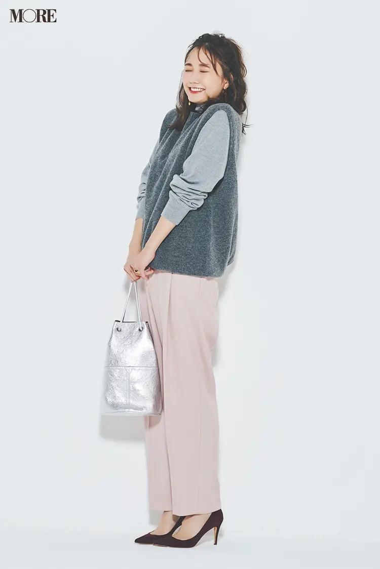 ニットベストコーデ【14】グレーのニットベスト×きれい色パンツ
