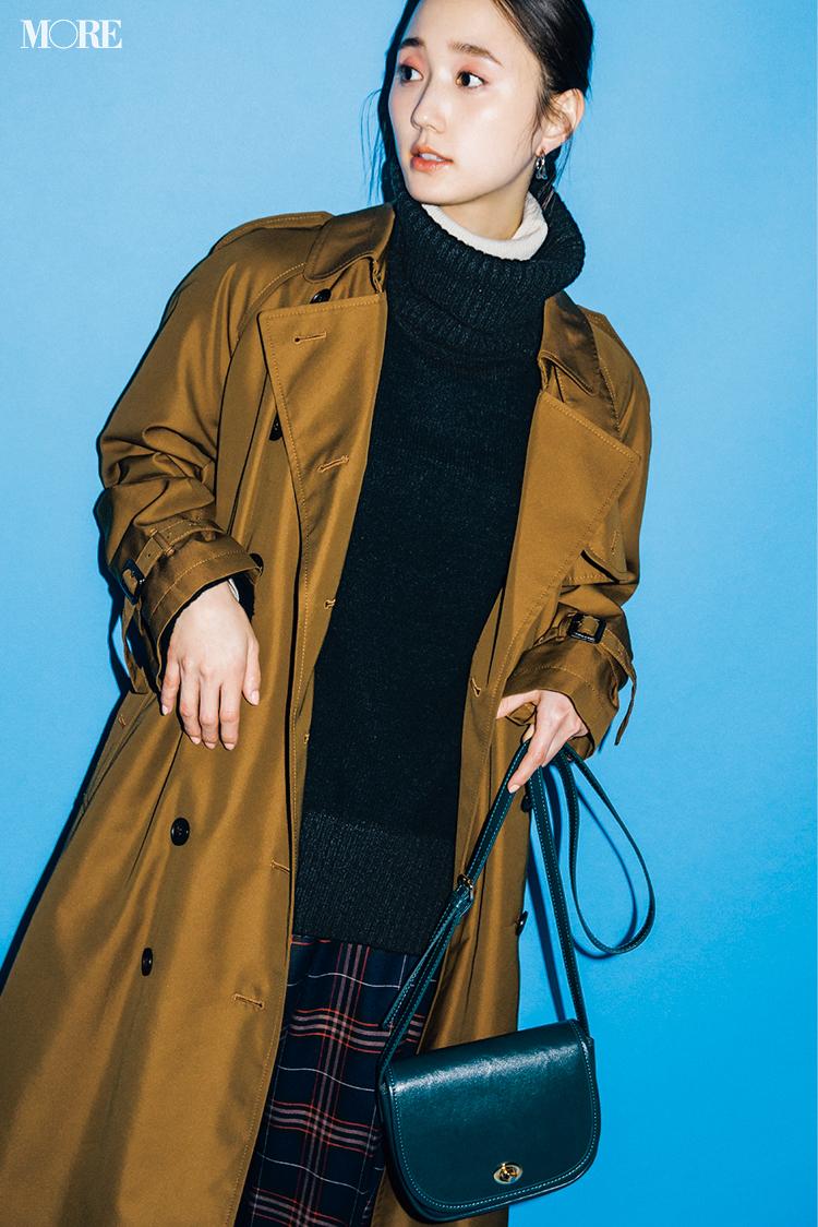 オーバーサイズのコートをはおった鈴木友菜
