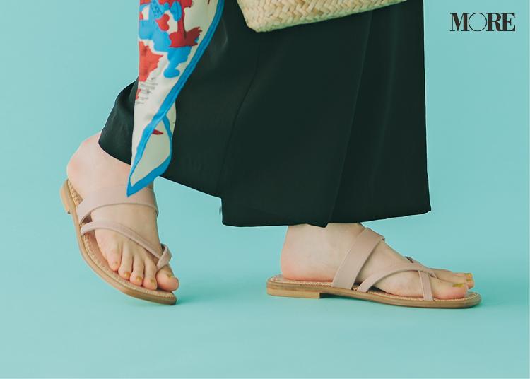 トングサンダルを履いた足もと