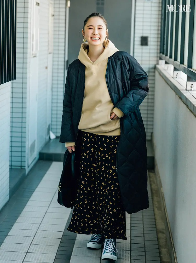 【冬のスニーカーコーデ】パーカー×花柄スカートにコンバースのスニーカー