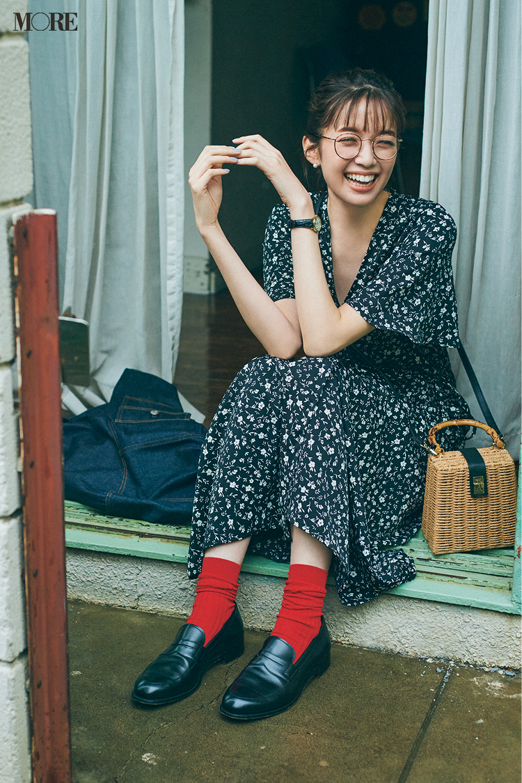 花柄ワンピースを着てメガネをかけた佐藤栞里