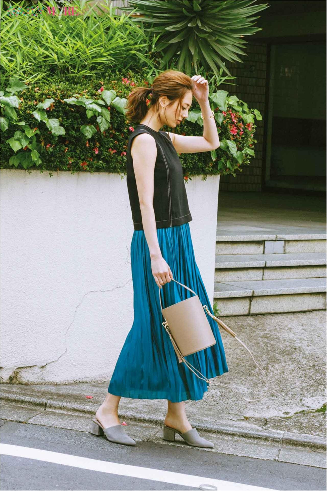 【今日のコーデ/土屋巴瑞季】残暑の暑さに負けないブルーのスカートとノースリトップスを味方につけて♪_1