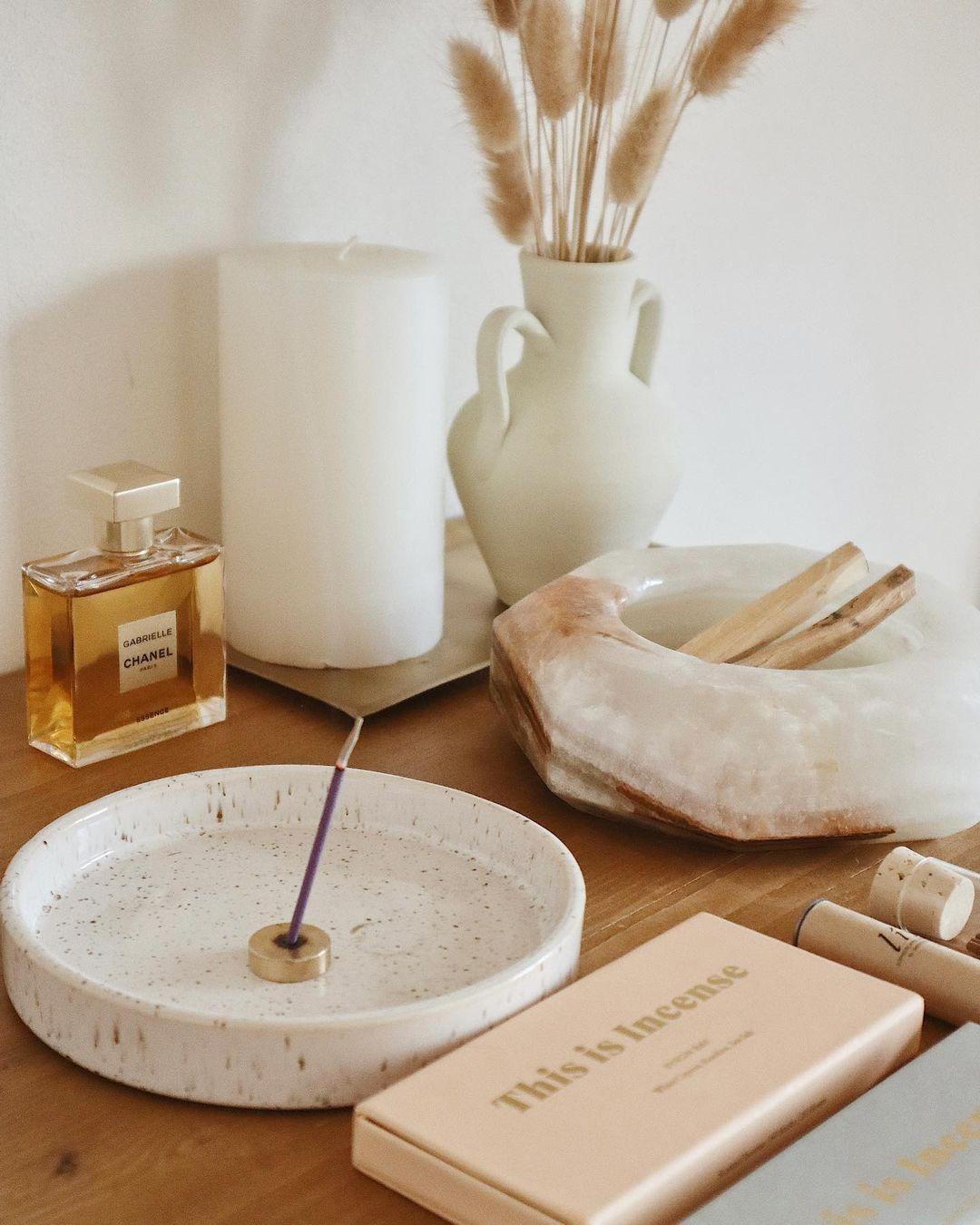 おうち時間にお香を楽しむ様子。お香を活用したインテリアコーディネート。